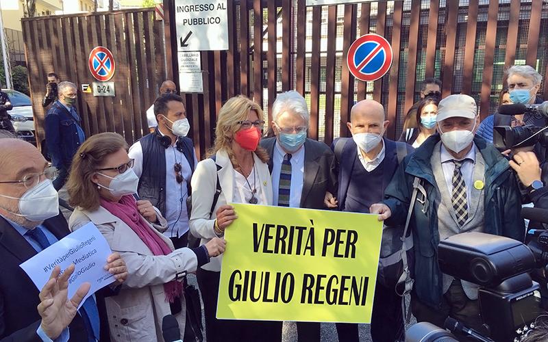Un momento del presidio #scortameditica per Giulio Regeni