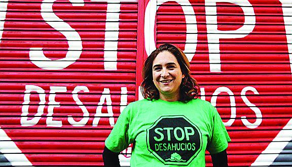 Ada Colau attivista della piattaforma anti-sfratti; in basso una protesta a Barcellona