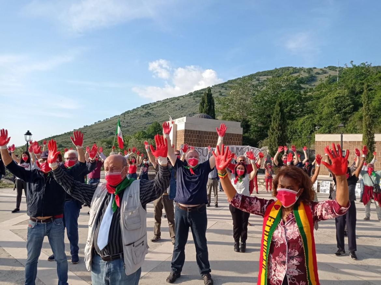 Flash mob nella piazza dov'è situato il monumento a Rodolfo Graziani