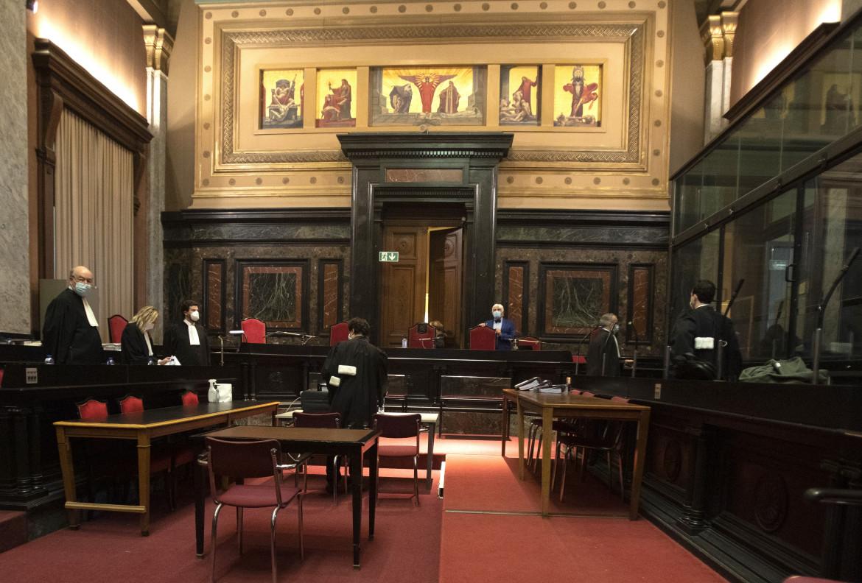 Tribunale di Bruxelles, a sinistra gli avvocati dell'Ue a destra quelli di AstraZeneca