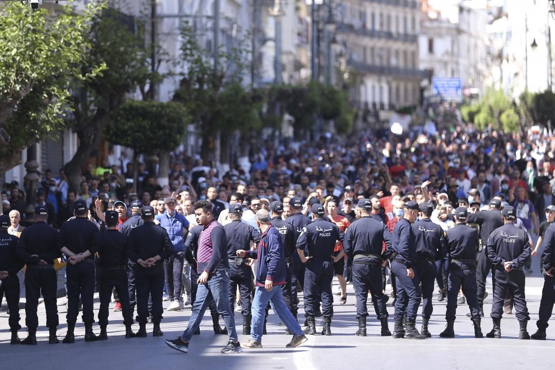 Algeri, venerdì 7 maggio, l'ultima manifestazione del movimento Hirak prima della stretta repressiva del regime