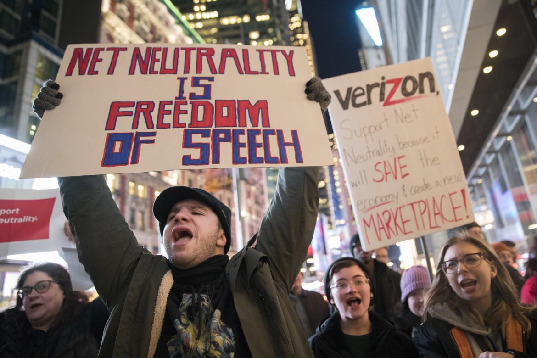 Una protesta davanti a un negozio Verizon nel 2017 a favore della net neutrality