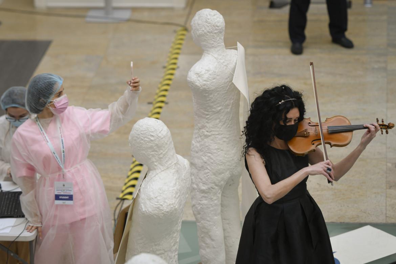 Una violinista alla Biblioteca nazionale di Bucarest durante la