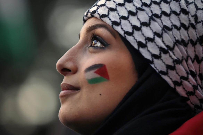 Una donna palestinese che vive in Libano durante una manifestazione