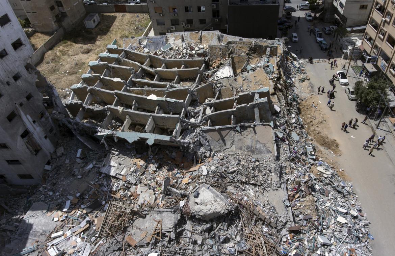 Il palazzo dei media di Gaza distrutto dall'aviazione israeliana visto dall'alto