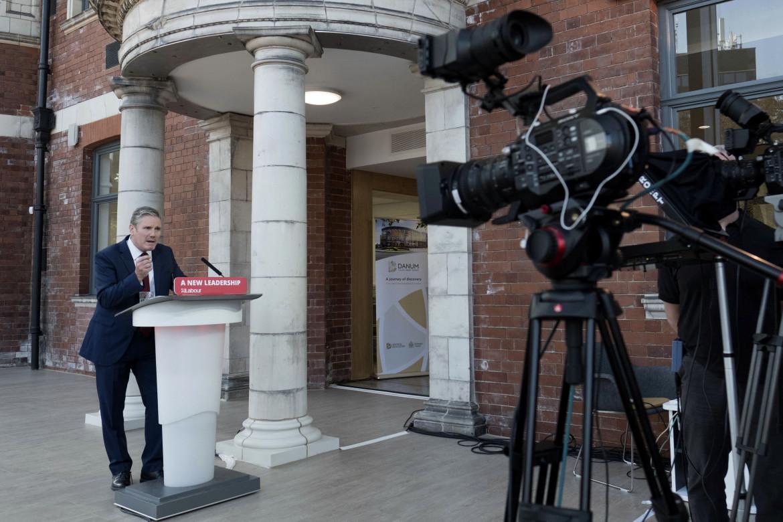 Il leader laburista Keir Starmer, in basso Boris Johnson festeggia il risultato a Hartlepool
