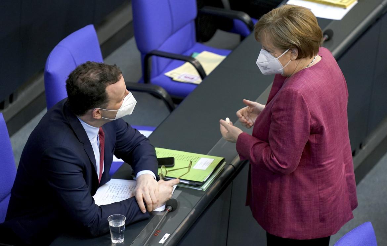 Il ministro della Sanità tedesco Jens Spahn e Angela Merkel
