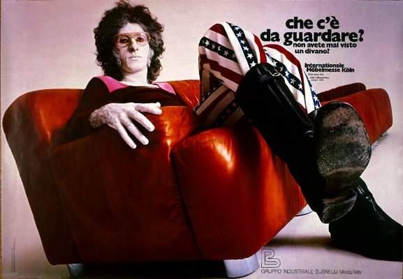 Franco Battiato in una pubblicità del 1971 per un divano Busnelli
