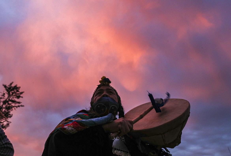 Santiago del Cile, la candidata mapuche alla Convenzione che dovrà scrivere la nuova Carta, Juana Millal, del Partido del Pueblo, fa campagna con il suo kultrun