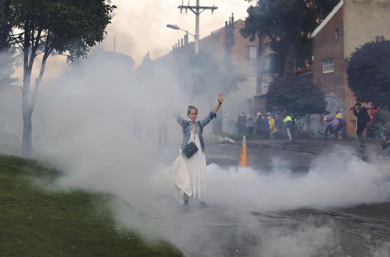 Gas lacrimogeni sui manifestanti colombiani