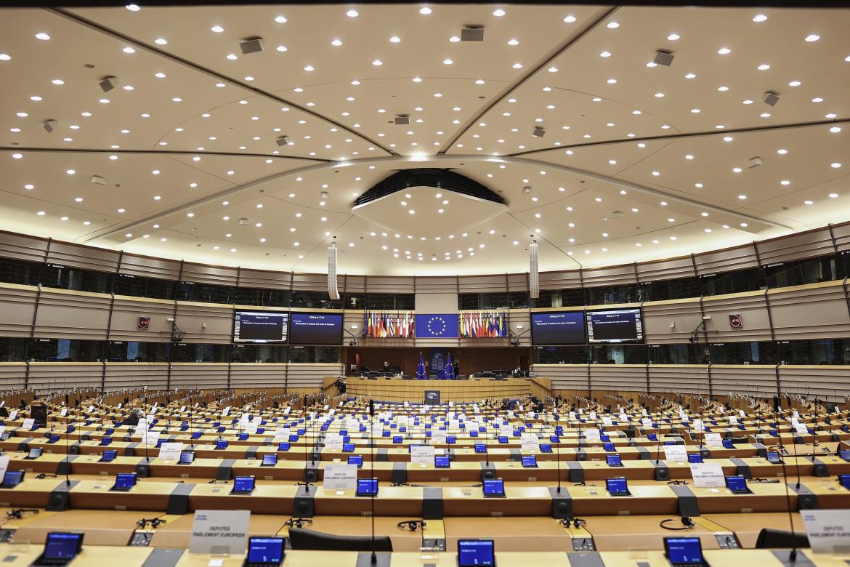 Il parlamento europeo, in basso Manon Aubry