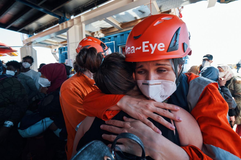 Un'operatrice di Sea-Eye abbraccia una ragazza soccorsa prima che scenda dalla nave