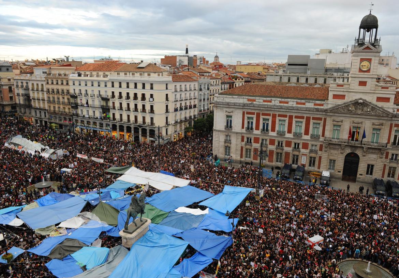 Madrid, Puerta del Sol il 19 maggio 2011, l'accampamento ai piedi della statua di re Carlo III