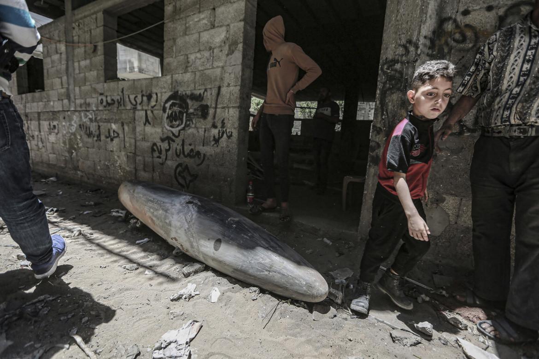 Una bomba inesplosa sull'uscio di una casa a Gaza City