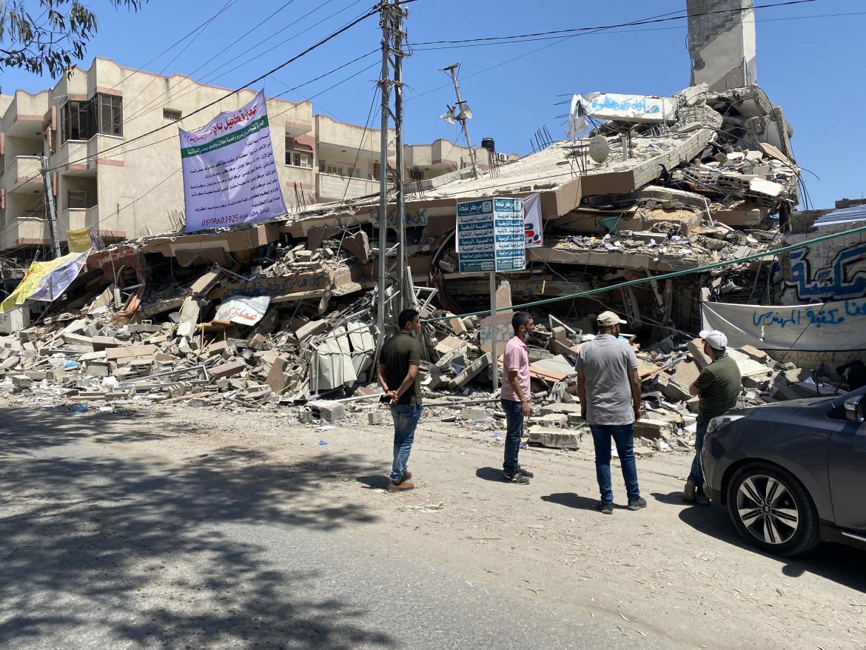 Gaza city. Le macerie delle tre librerie colpite dall'aviazione israeliana