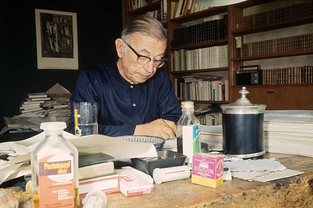Il filosofo francese Jean-Paul Sartre (1905-1980) mentre scrive nella sua casa foto di James Andanson/Sygma via Getty Images