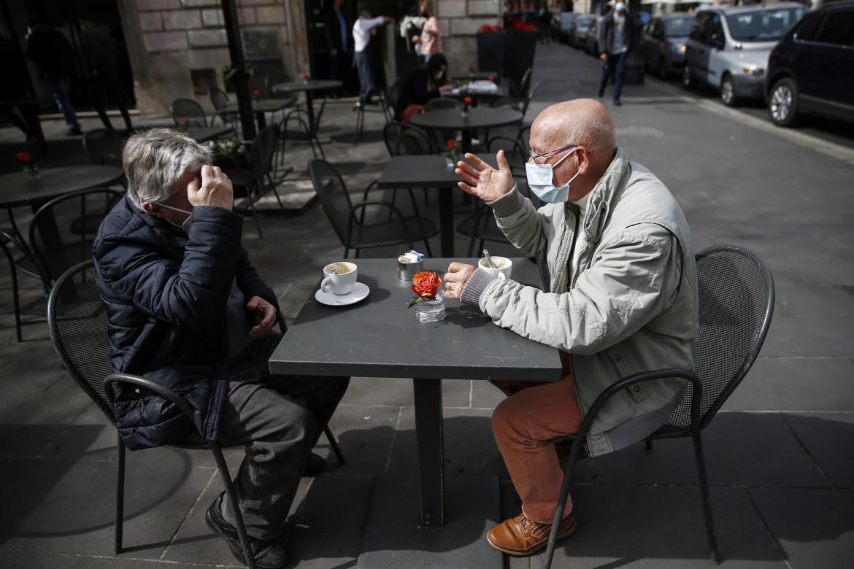 Bar con tavolini all'aperto nel centro di Roma