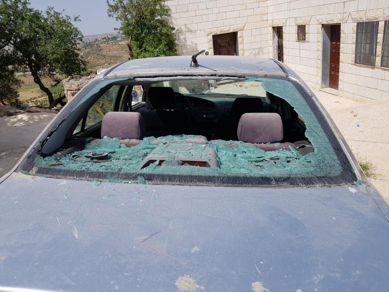 Un 'auto palestinese distrutta dai coloni israeliani a Jalud