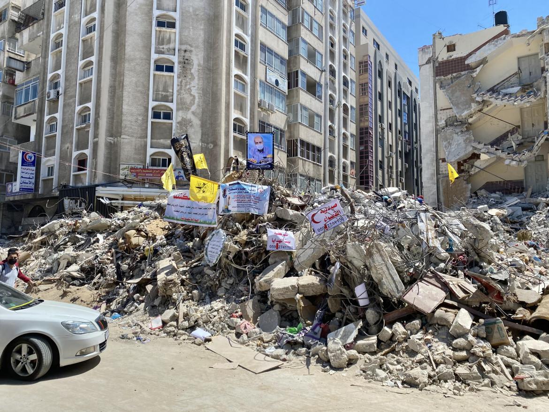 Gaza city. Le macerie dei palazzi colpiti dall'aviazione israeliana in Wahde Street