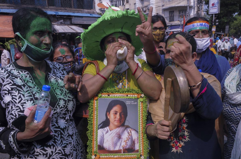 Elettori del Trinamool Party con la foto della chief minister Mamata Banerjee