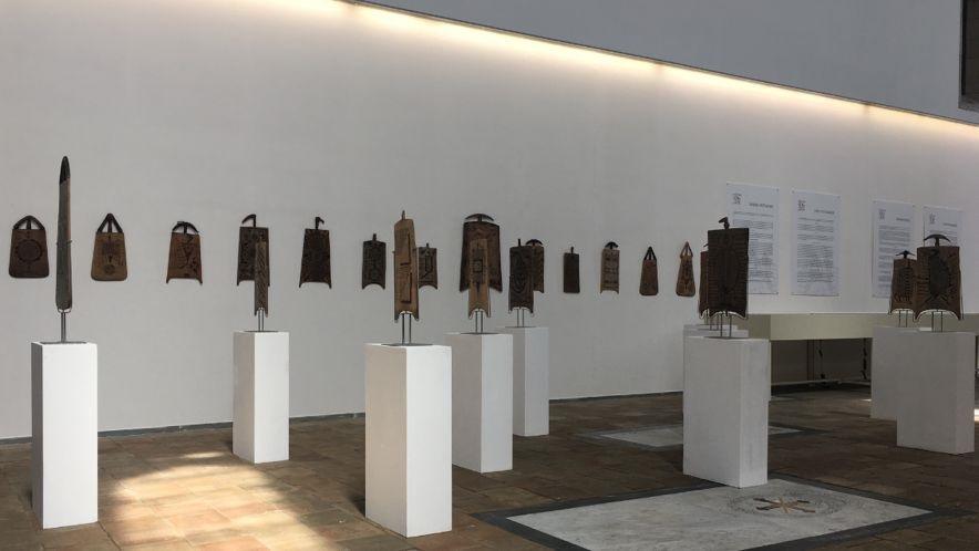 Una foto dalla mostra presso la Cappella Palatina del Maschio Angioino