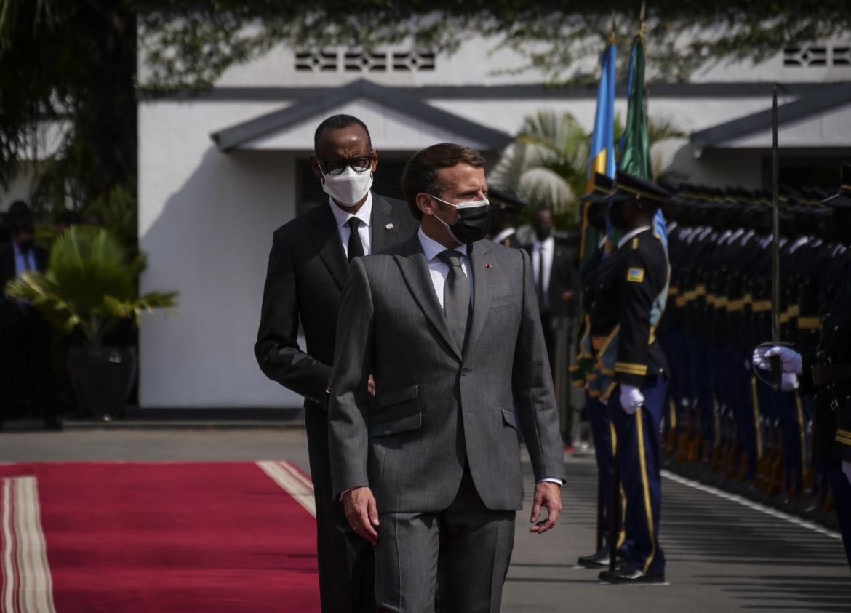 Il presidente francese Emmanuel Macron ricevuto ieri a Kigali dal suo omologo ruandese Paul Kagame