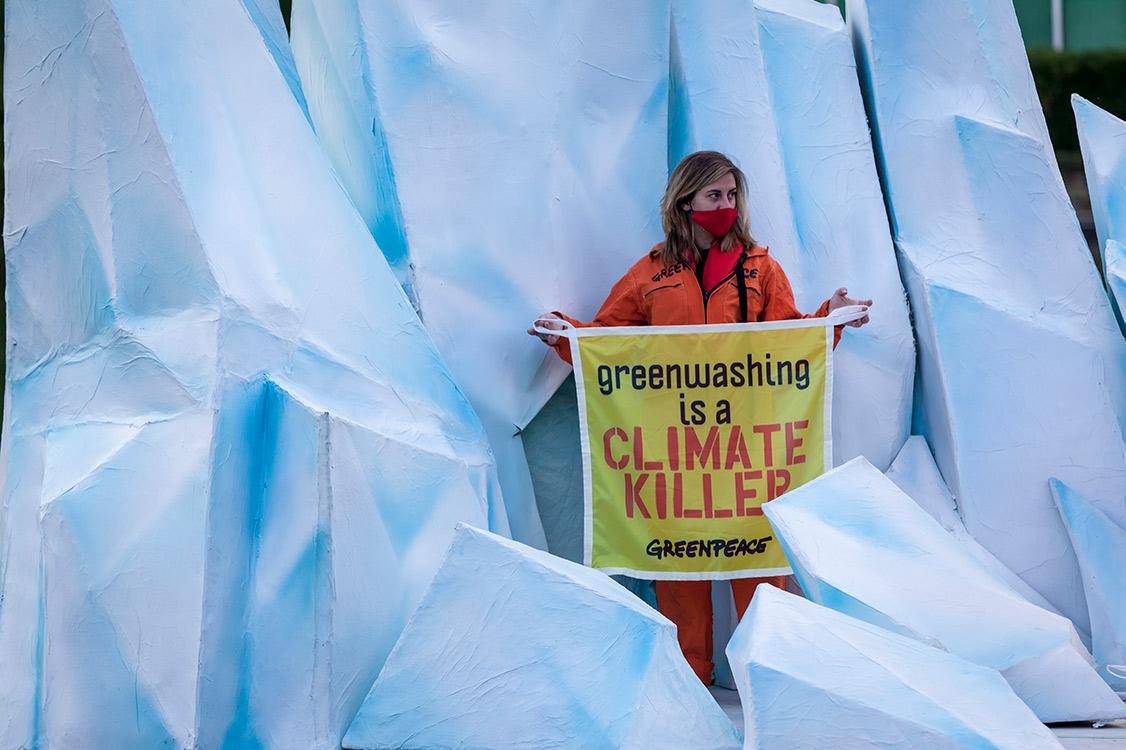 Protesta di Greenpeace davanti alla sede Eni di Roma