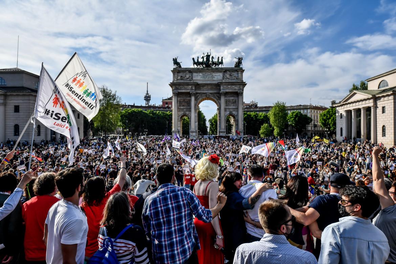 Manifestazione dei Sentinelli all'Arco della Pace a Milano