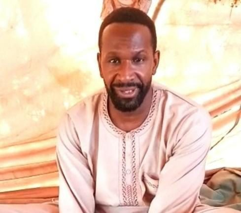 Il giornalista francese Olivier Dubois nel video pubblicato da Jnim dopo il suo rapimento