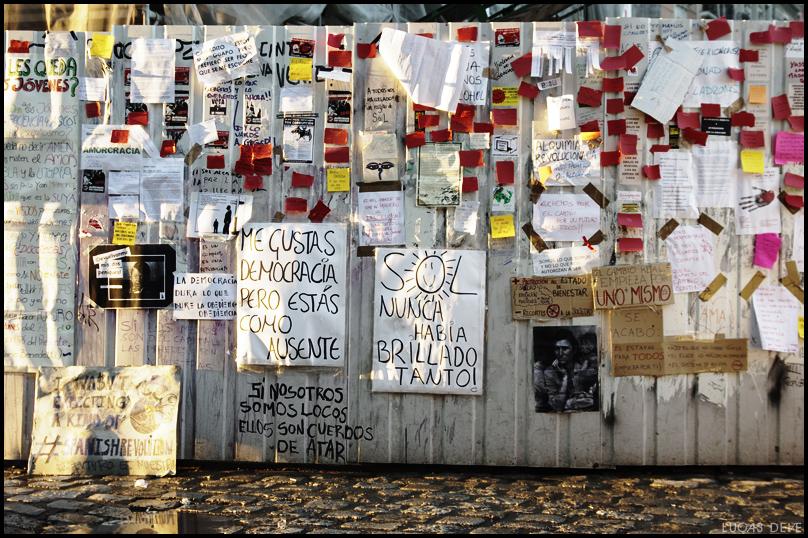 Madrid 23 maggio 2011, il muro di fogli a Puerta del Sol; in basso Pablo Iglesias durante la campagna elettorale del 2015