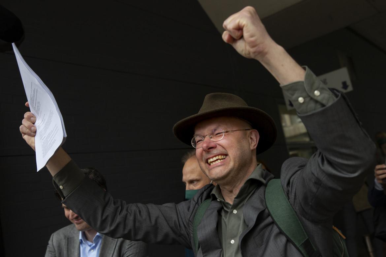 La gioia di Donald Pols, direttore dell'associazione ambientalista olandese Milieudefensie (Difesa ambientale), dopo la sentenza