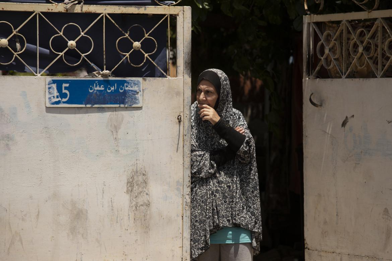 Una donna palestinese sulla porta della sua casa a Sheikh Jarrah, Gerusalemme est