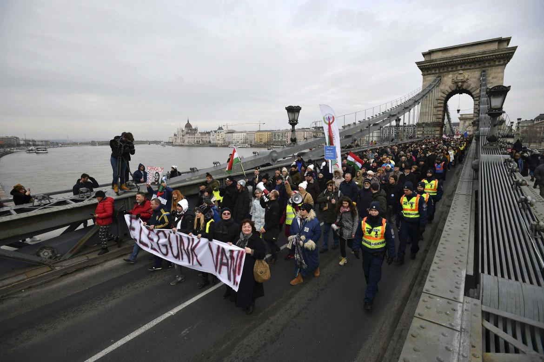 """Una manifestazione a Budapest del gennaio 2019 contro la """"legge schiavitù"""""""