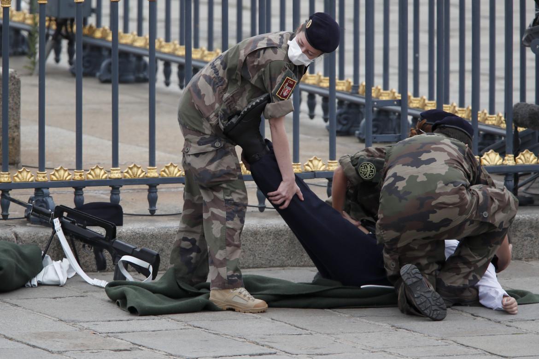 Militari francesi in azione a Parigi