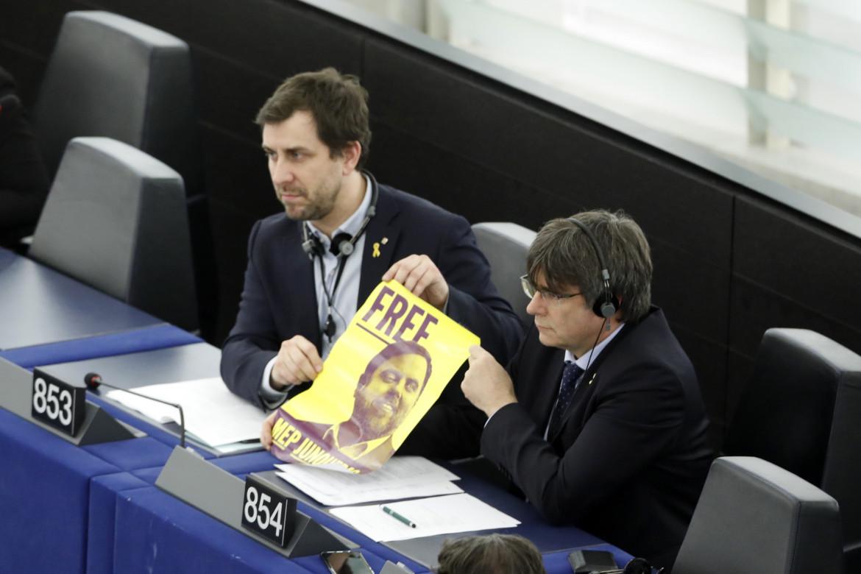 Protesta di Puigdemont e Comín all'Europarlamento