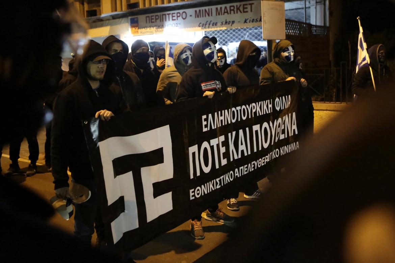 Manifestanti di Elam in piazza a Nicosia; in basso un seggio elettorale