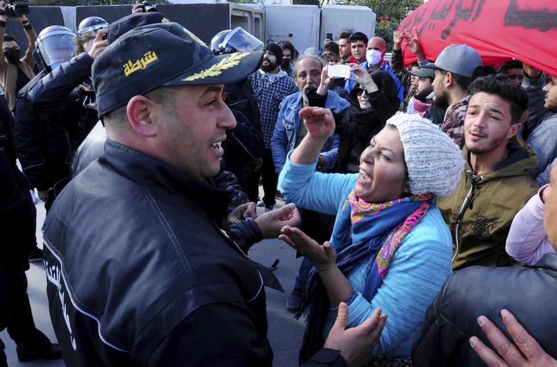 Tunisi, gennaio 2021. La protesta di fronte al parlamento per la mancanza di lavoro