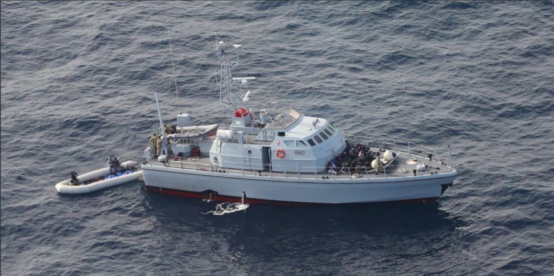 La motovedetta Ubari intercetta dei migranti in fuga dalla Libia