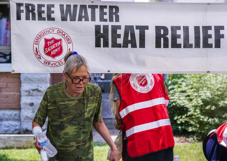 Distribuzione gratuita di acqua a Phoenix, nel sud-ovest degli Stati uniti