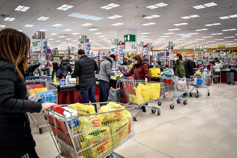 Alle casse di un supermercato milanese