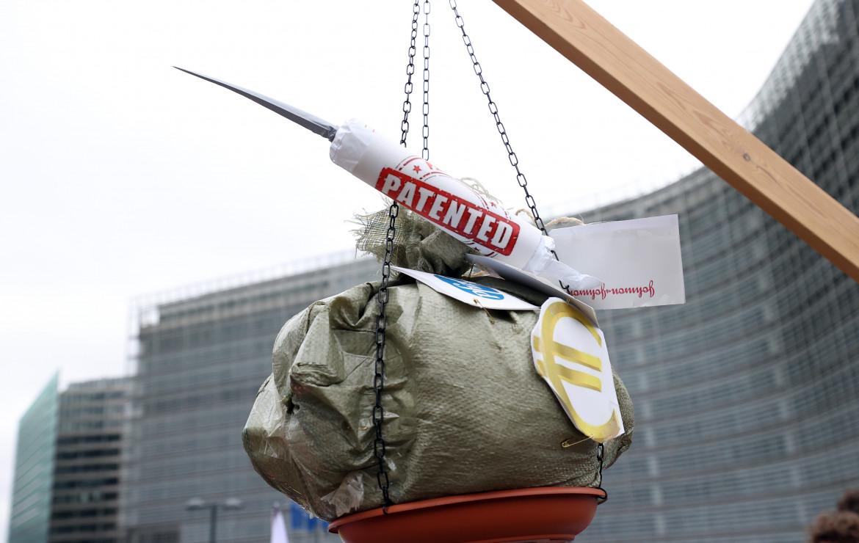 Bruxelles, manifestazioni delle ong contro i brevetti sui vaccini davanti alla sede della Commissione europea