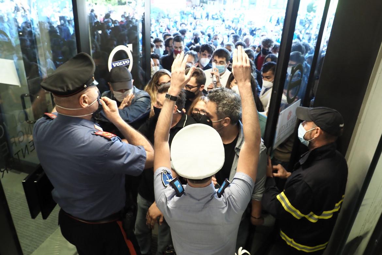 Caos alla Fiera di Bologna per il primo open day del vaccino anti-Covid