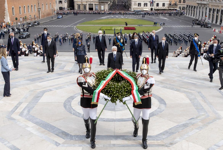 L'omaggio di Sergio Mattarella ieri a Roma all'Altare della Patria