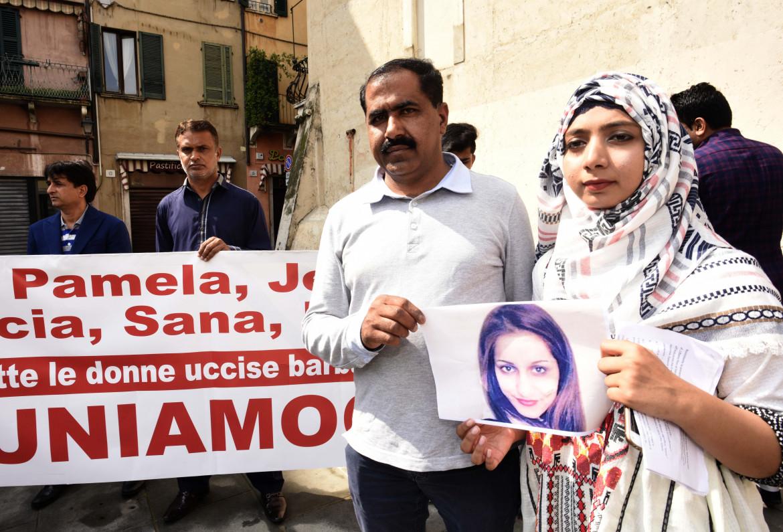 In piazza a Brescia contro l'omicidio di Sana Cheema uccisa nel 2018 dai famigliari in Pakistan