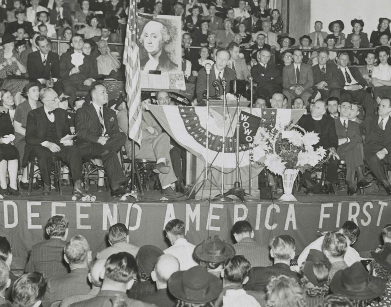 Un affollato comizio di Charles Lindbergh, leader del filonazista America First Committee a Fort Wayne, Indiana, nell'ottobre del 1941