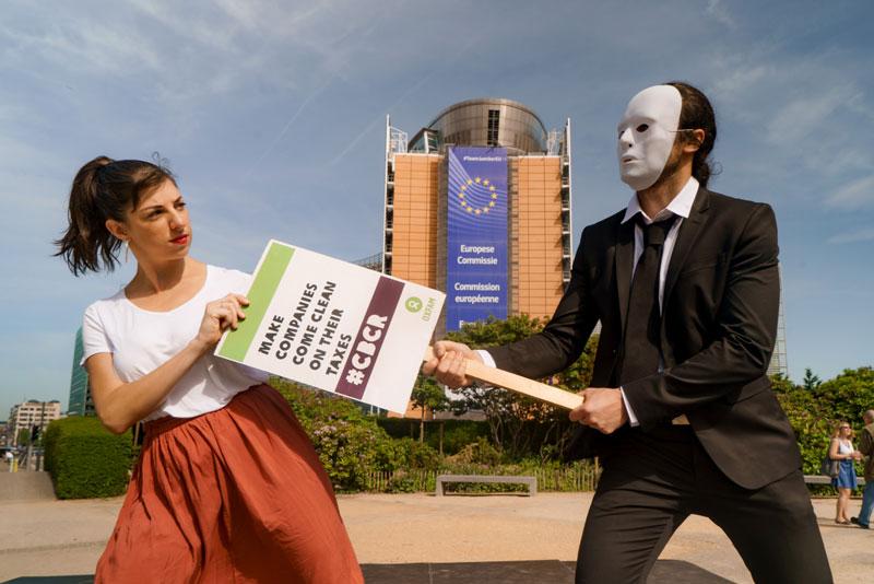 Bruxelles, flash mob di Oxfam per una tassazione equa delle multinazionali