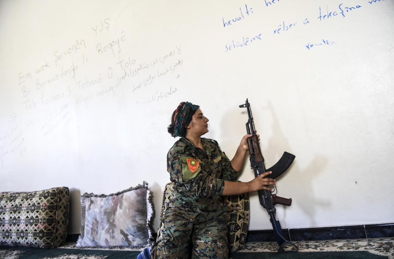 Una combattente delle forze di autodifesa ezide