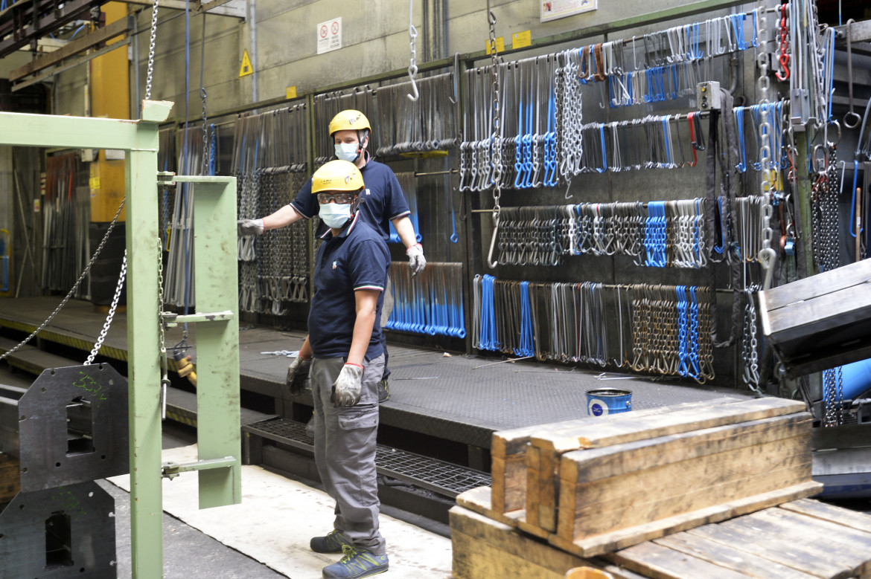 Lavoratori in una fabbrica meccanica