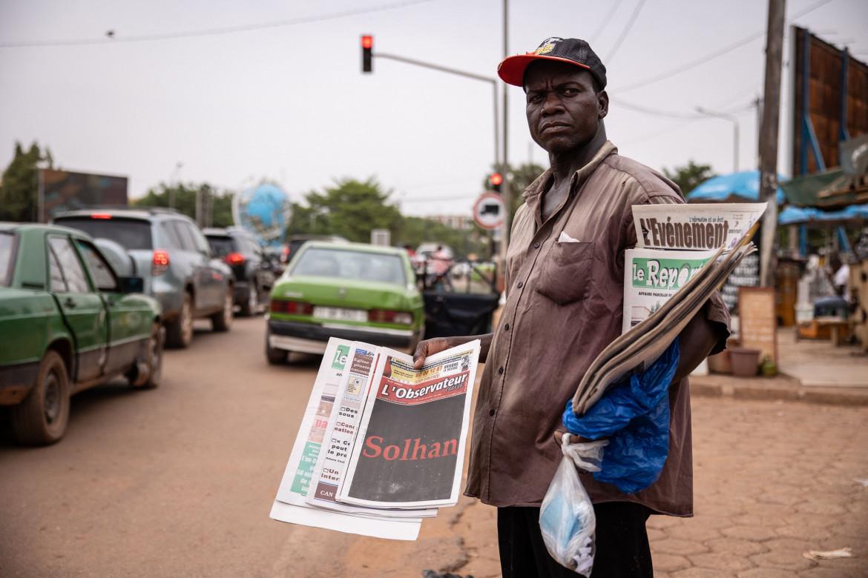 La strage di Solhan sulla prima a lutto del quotidiano Observateur Paalga venduto ieri nelle strade della capitale Ouagadougou