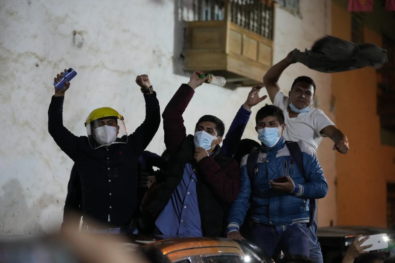 Supporter di Pedro Castillo ieri nelle strade di Tacabamba dopo il sorpasso su Keiko Fujimori